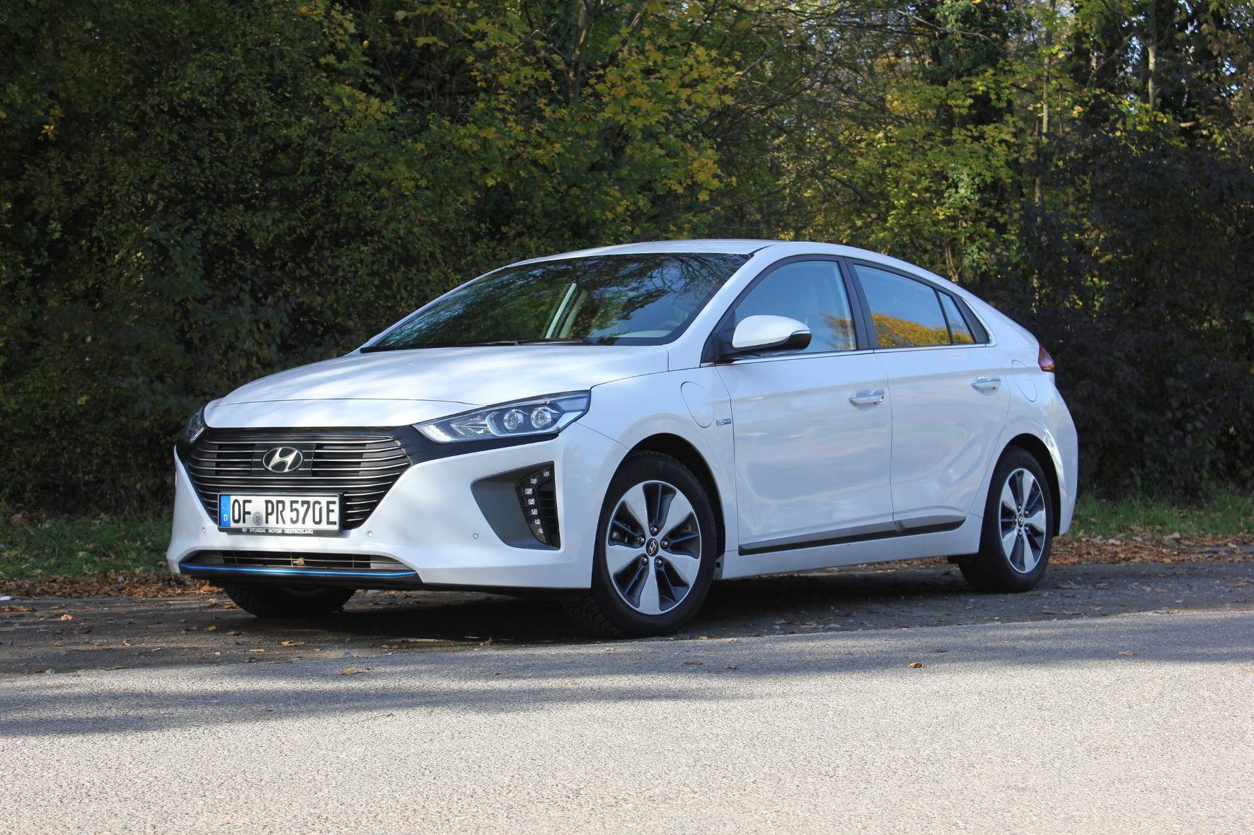 mid Groß-Gerau - Den Hyundai Ioniq gibt es mit Hybrid-, Plug-in-Hybrid- und reinem Elektroantrieb. Die Mittellösung mit Steckdosen Anschluss schlägt sich im mid-Test sehr gut. Thomas Schneider / mid