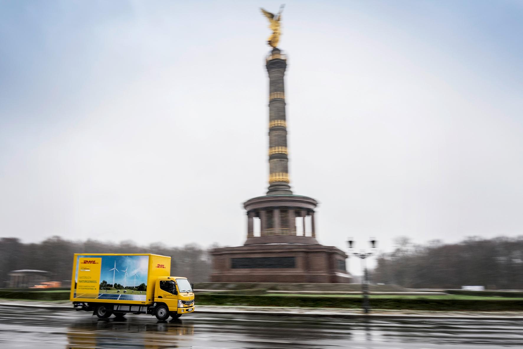 mid Groß-Gerau - Für DHL im Großraum Berlin unterwegs: Elektro-Lkw von Daimler. DHL