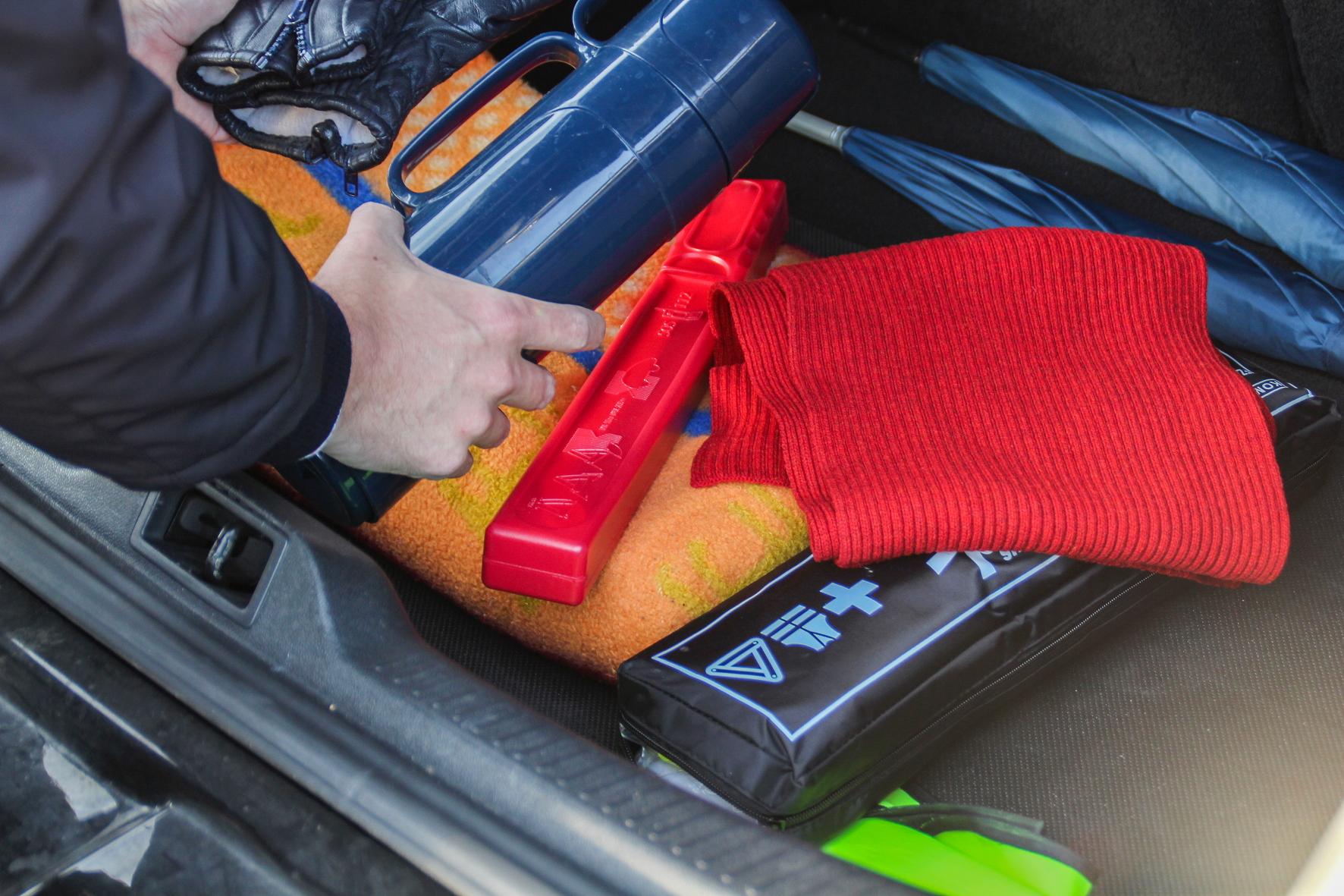 mid Groß-Gerau - Handschuhe, Thermos-Kanne, warme Decke und Warndreieck: So ausgerüstet lässt sich eine Panne auch im Winter überstehen. TÜV Rheinland