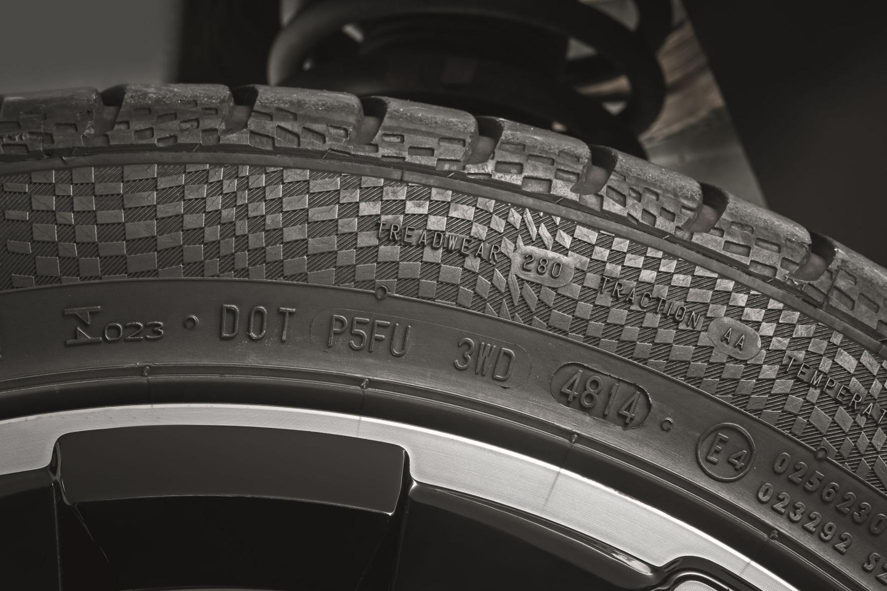 mid Groß-Gerau - Wie viele Jahre ein Reifen auf dem Buckel hat, können Autofahrer an der DOT-Nummer an der Reifenflanke ablesen. Dekra