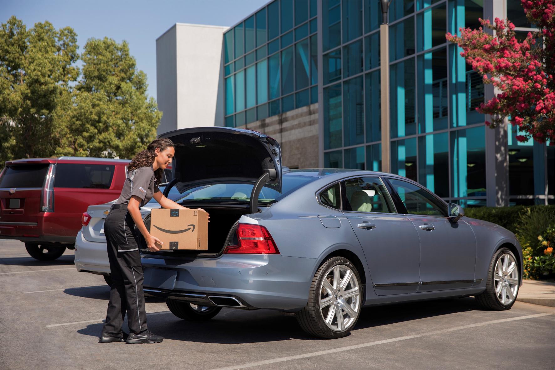 mid Groß-Gerau - Volvo-Kunden in den USA profitieren von einer neuen Kooperation mit Amazon: Kunden können sich Pakete direkt ins Auto liefern lassen. Die Freischaltung für den Zugang des Lieferanten erfolgt per App. Volvo