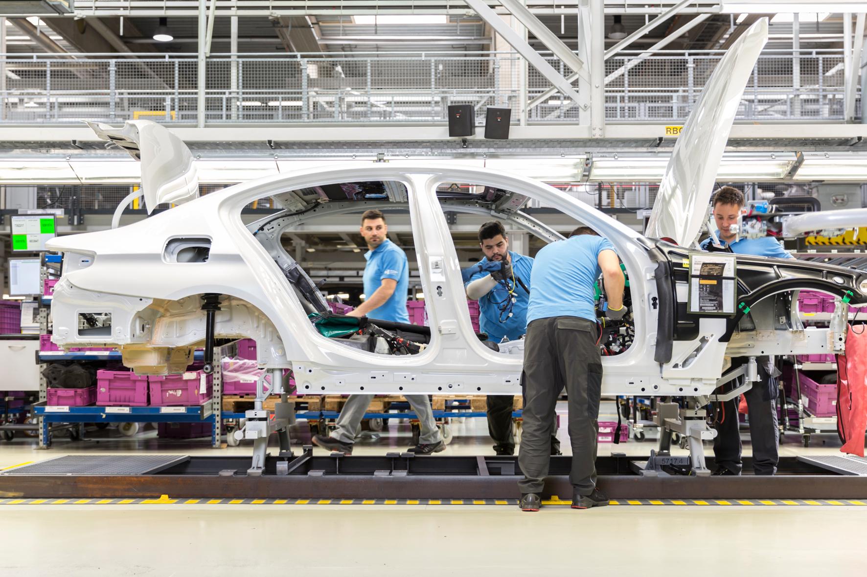 mid Groß-Gerau - Die Zahl der Arbeitsplätze in der Automobilproduktion wird laut einer Studie wegen der Elektrifizierung deutlich sinken. Magna
