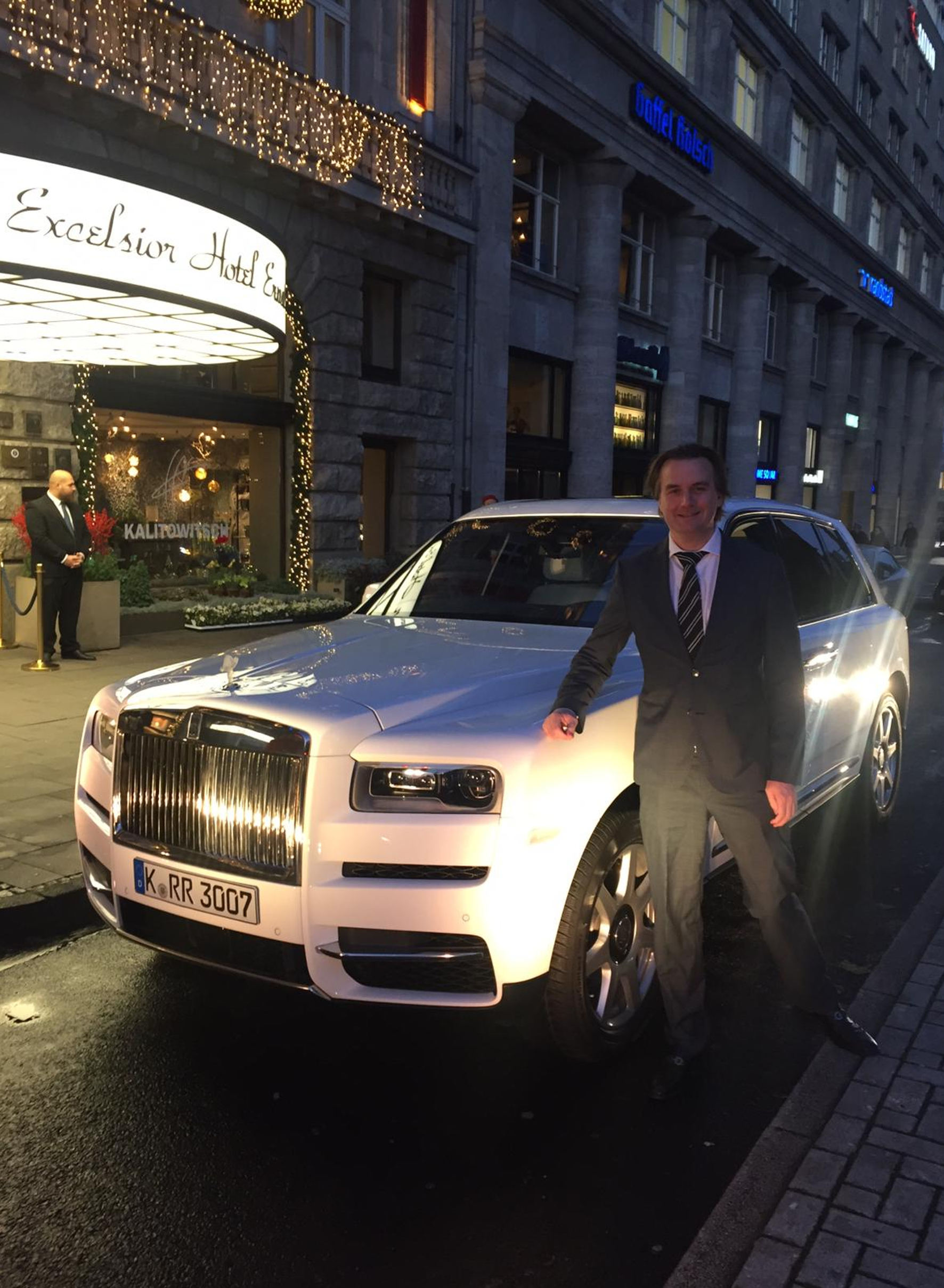 mid Köln - Lifestyle-Redakteur Lars Wallerang bei der Präsentation des Rolls-Royce Cullinan vor dem Excelsior Hotel Ernst. Frank Zobel / mid