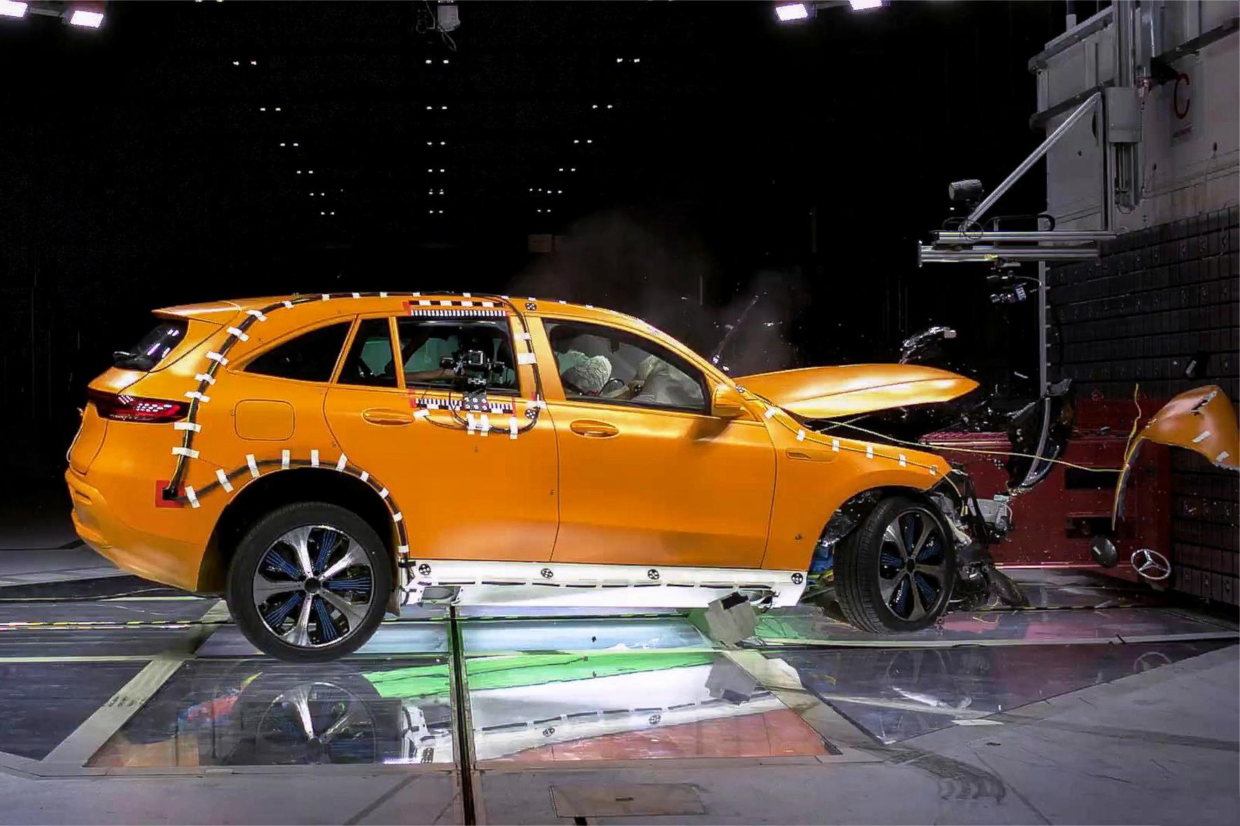 mid Groß-Gerau - Plötzliche Kaltverformung: der Mercedes EQC beim Crashtest. Daimler