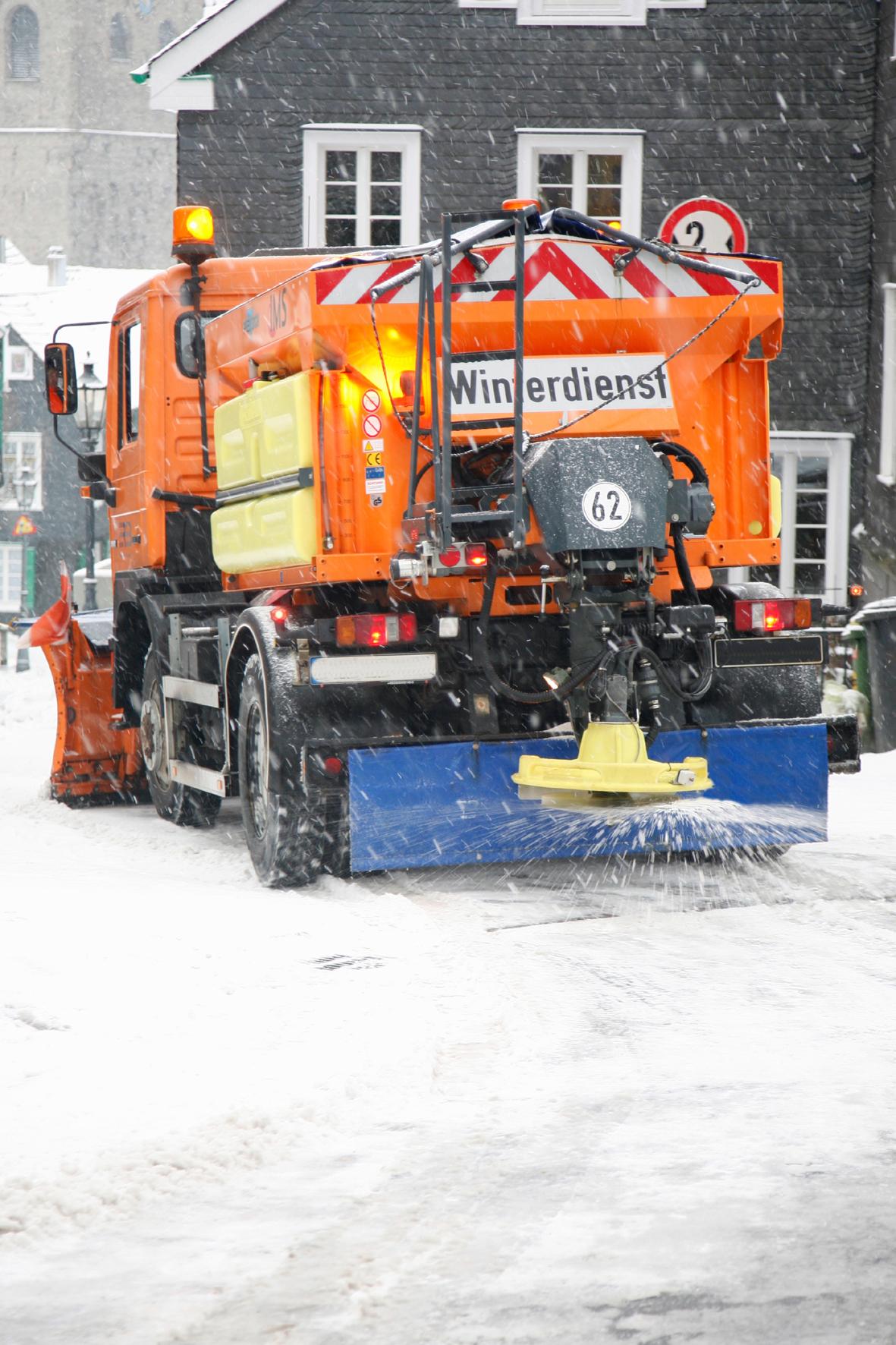 mid Groß-Gerau - Bei Begegnungen mit Schneeräum-Fahrzeugen ist immer erhöhte Vorsicht geboten. VKS