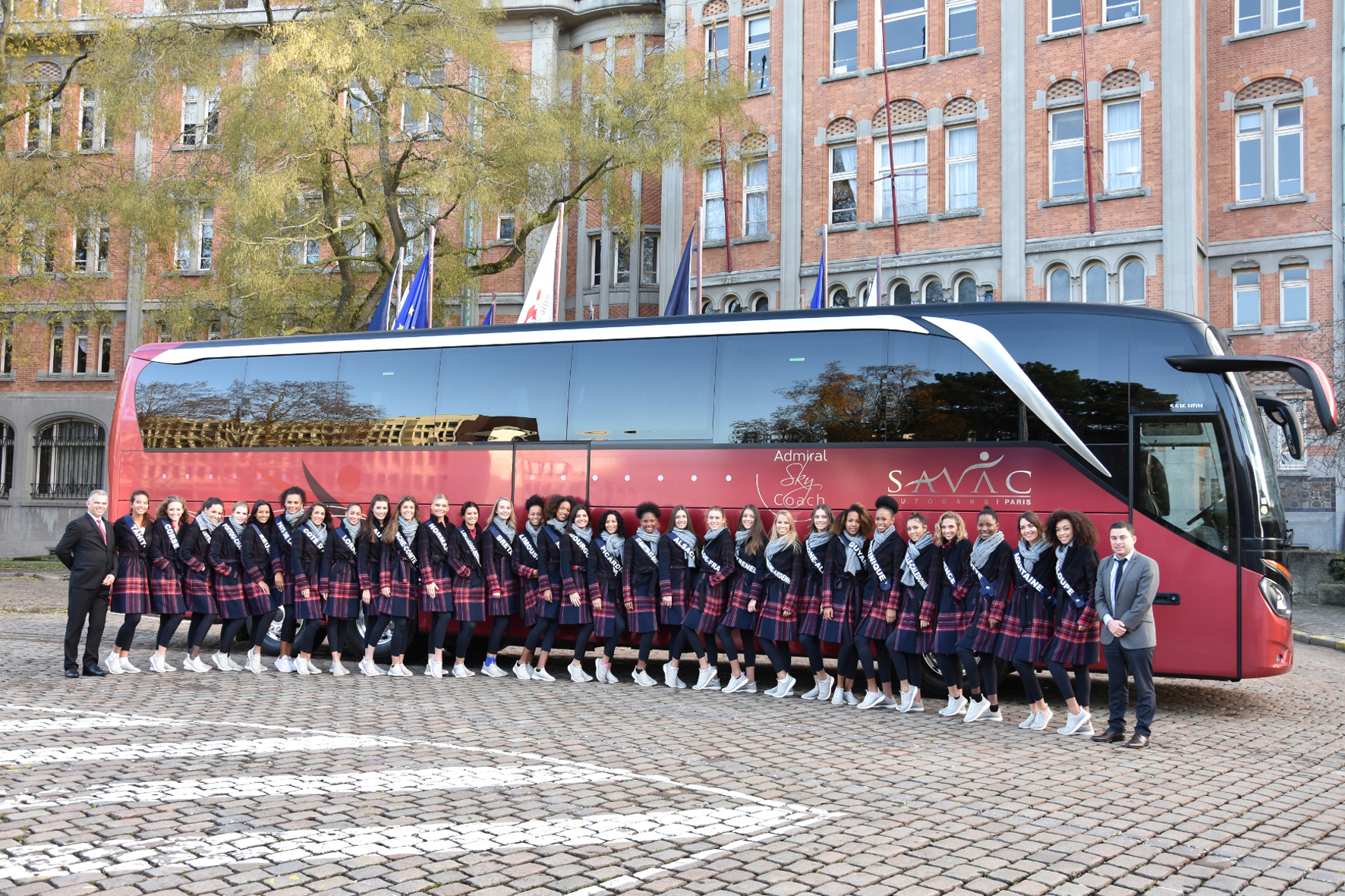 mid Groß-Gerau - Die 30 schönsten Frauen Frankreichs freuen sich auf die Reise im Luxus-Bus. Daimler