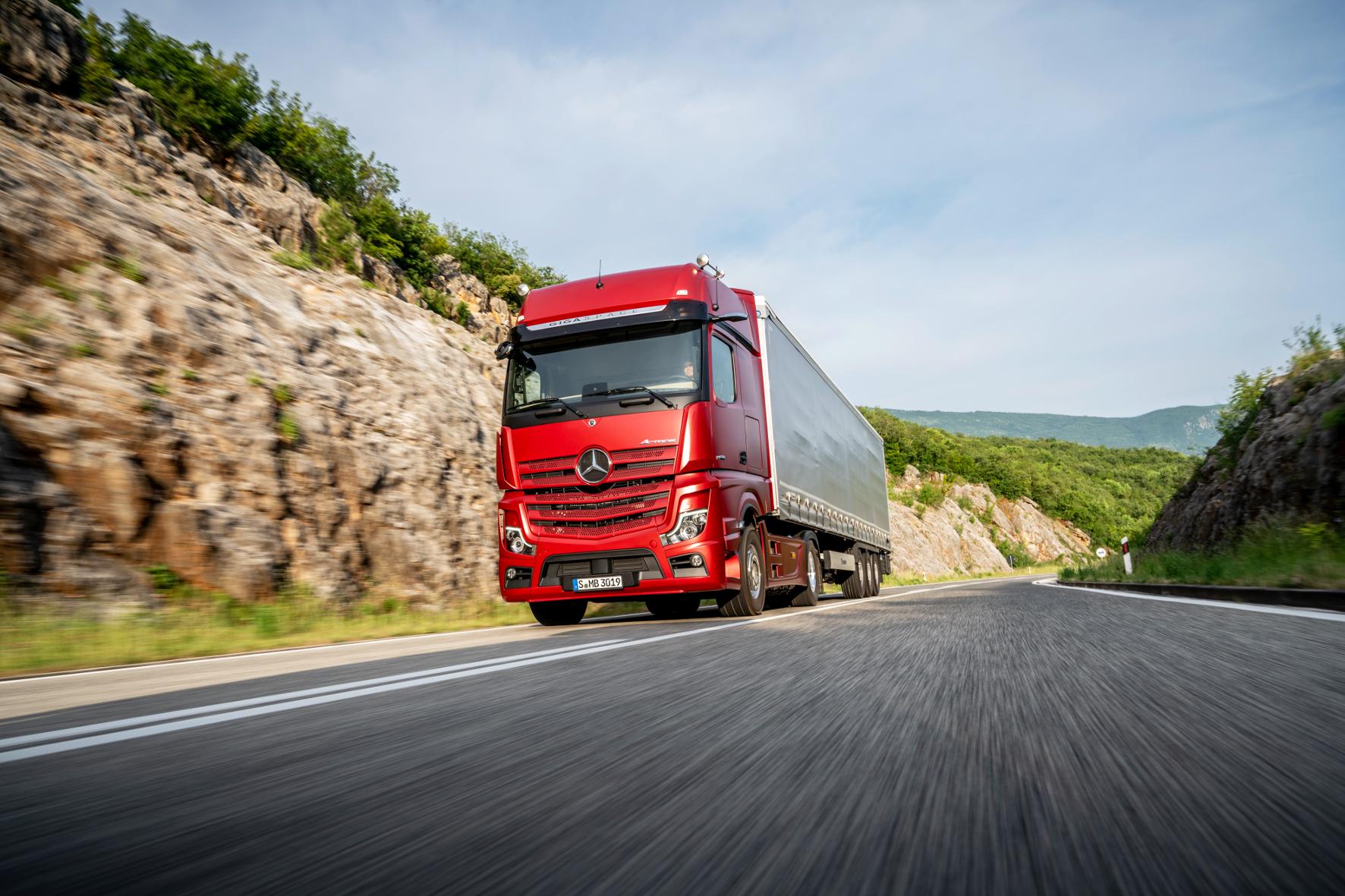 mid Gaggenau - Ab Mitte 2019 beim Kunden: die neueste Version des Daimler Trucks & Buses-Flaggschiffs Actros, hier als Actros 1863 LS 4x2 mit 15,6 l Hubraum und 625 PS. Daimler