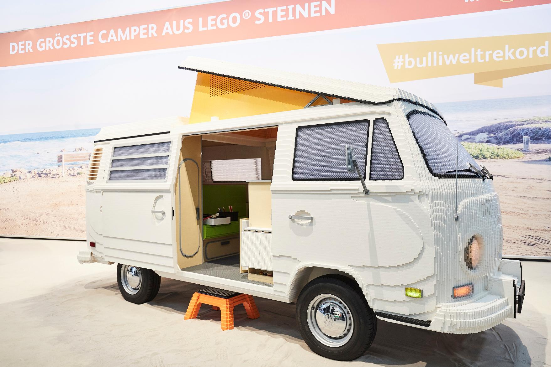 mid Groß-Gerau - Ein Bulli fürs Guinness-Buch: Zwei Modellbauer haben einen T2-Campingwagen mit 400.000 Lego-Steinen zu neuem Leben erweckt. VW