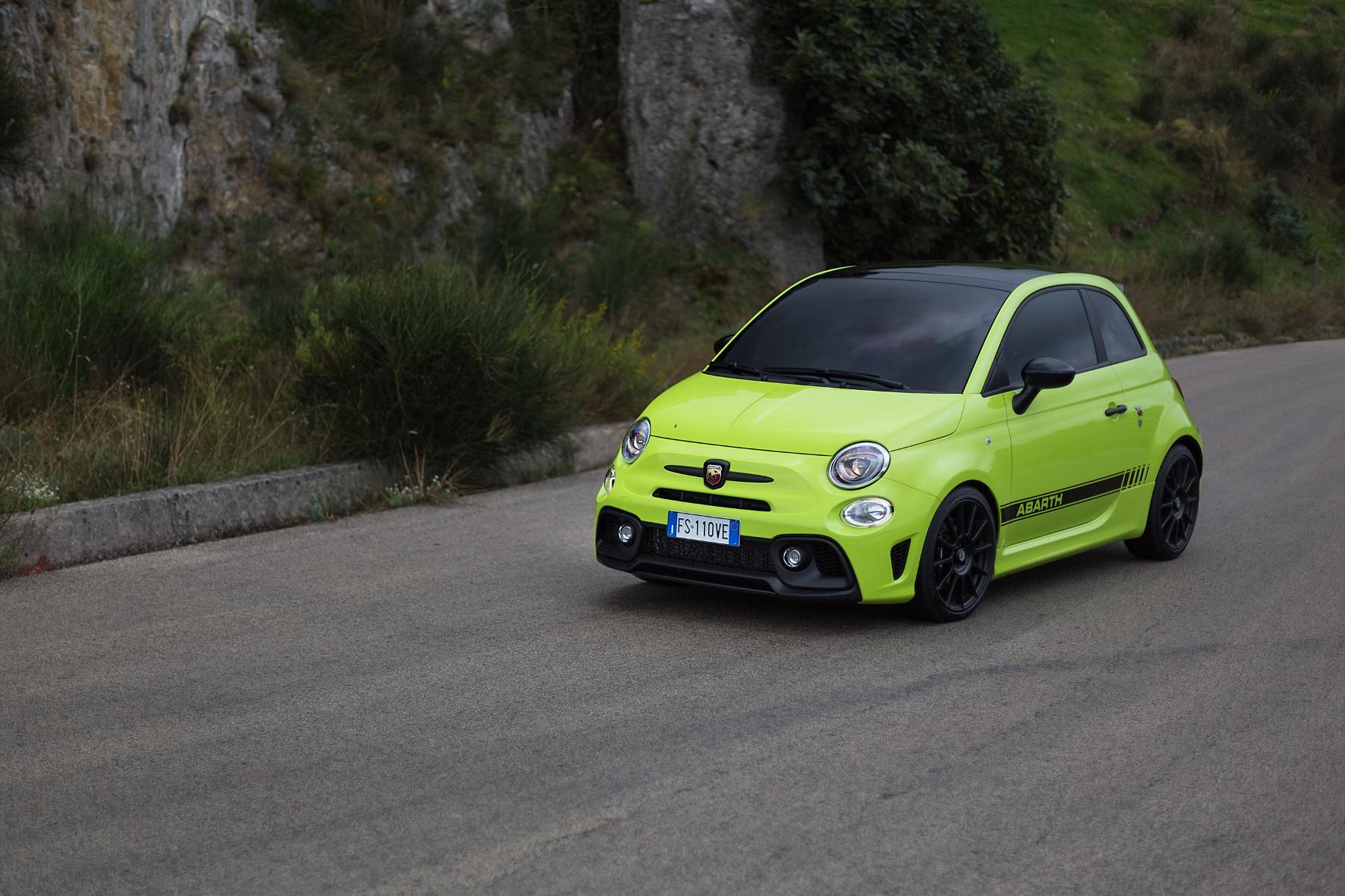 mid Groß-Gerau - Kommt eine Rennsemmel angeflogen: Der Abarth 595 Competizione hat es faustdick unter seiner kleinen Haube. 180 PS garantieren Fahrspaß pur. FCA