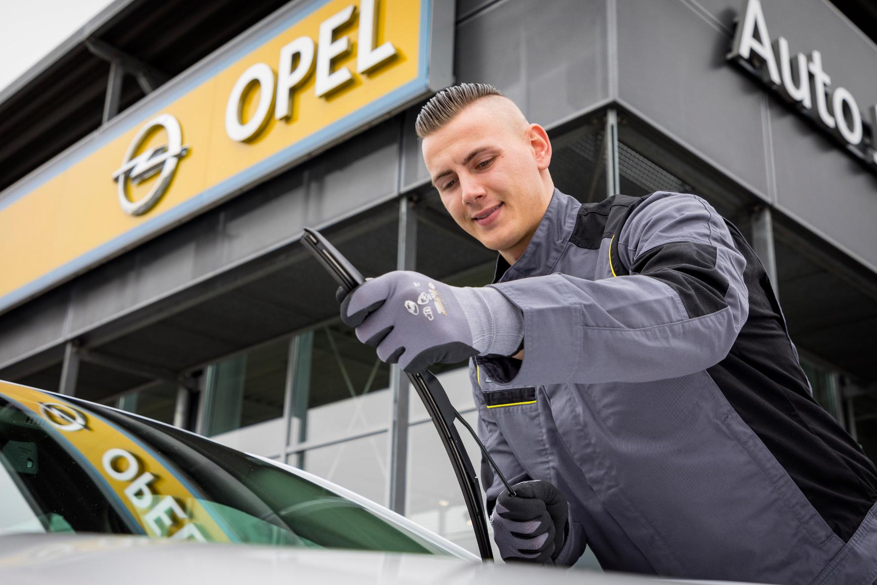 mid Groß-Gerau - Kontrolliert werden auch die Wischerblätter, so dass der Fahrer auch bei einem Gewitter noch den vollen Durchblick behält. Opel