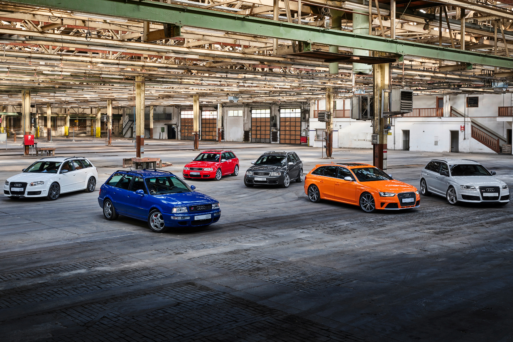 mid Groß-Gerau - Sportliche Sammlung: von links nach rechts Audi RS 4 Avant (Typ B7), Audi RS 2 Avant, Audi RS 4 Avant (Typ B5), Audi RS 6 Avant (Typ C5), Audi RS 4 Avant (Typ B8), Audi RS 6 Avant (Typ C6). Audi