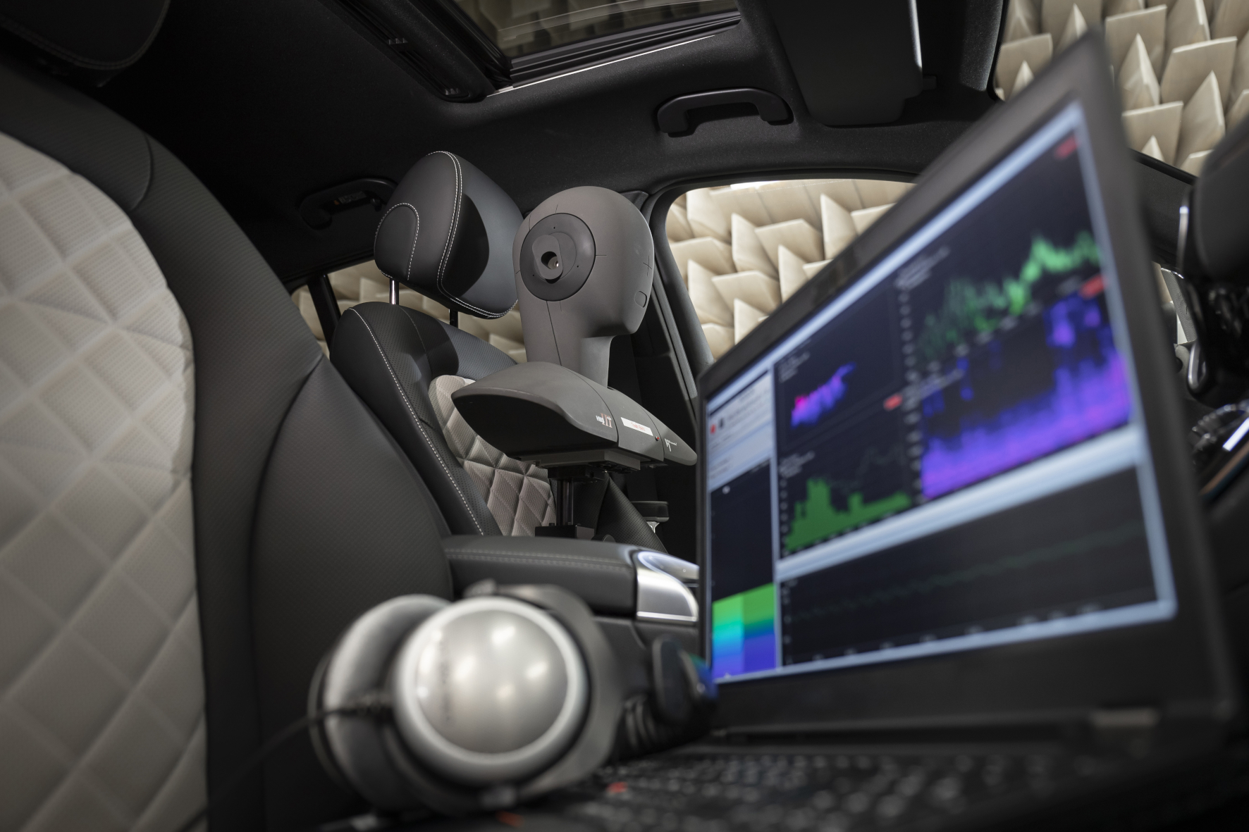 mid Groß-Gerau - Mit Hilfe eines Kunstkopfs suchen Akustikexperten bei Mercedes nach dem besten Warngeräusch für E-Autos. Daimler