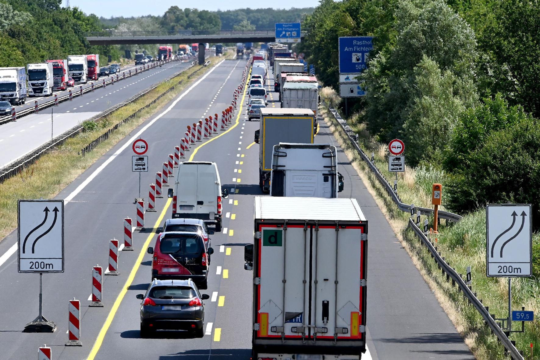 mid Groß-Gerau - Das wird eng: Verkehrsteilnehmer sollten an Autobahnbaustellen besonders konzentriert fahren und auf Überholmanöver lieber verzichten. DEKRA