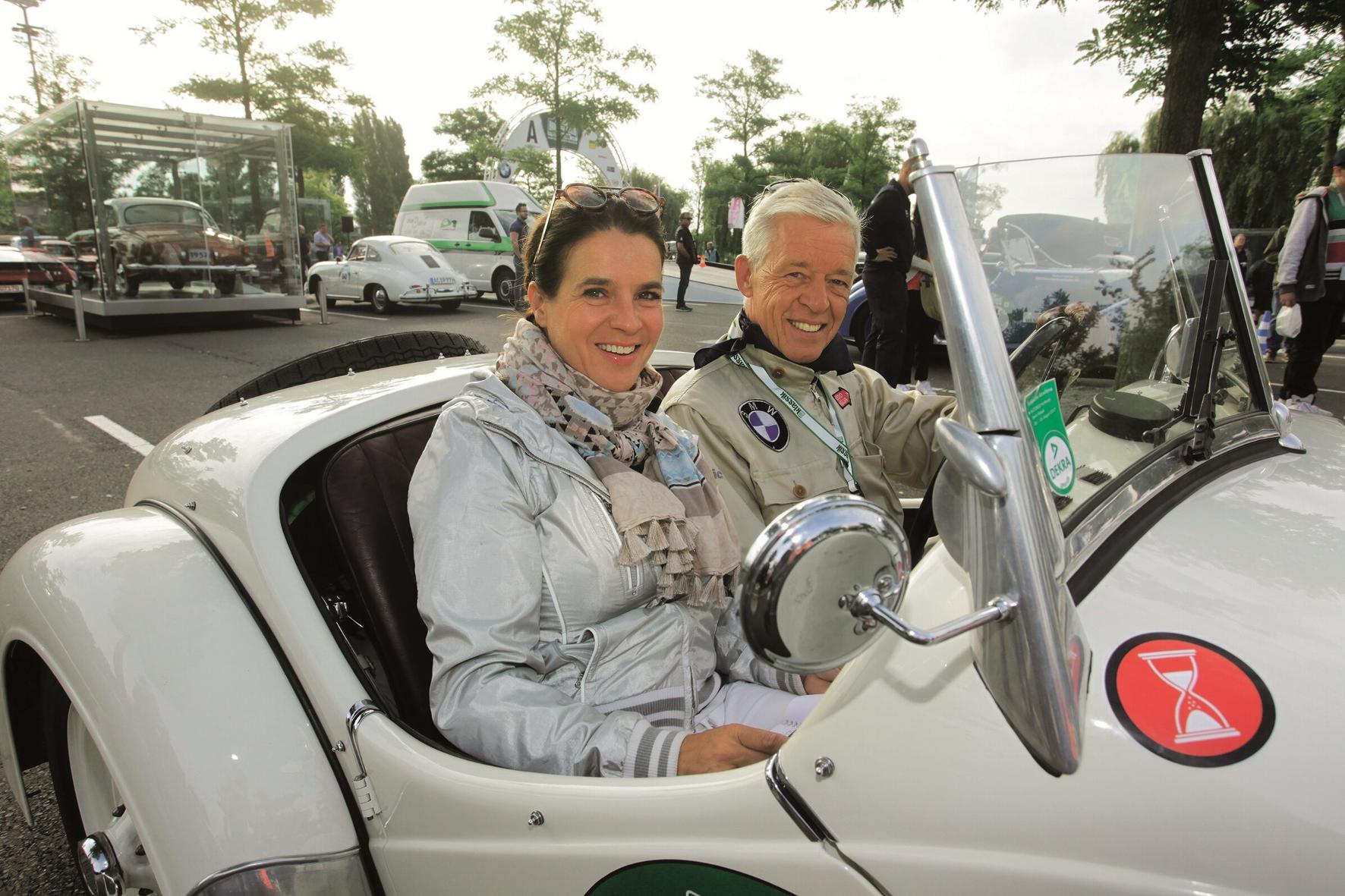 mid Groß-Gerau - Sport- und Hoch-Adel auf Tour: Katarina Witt mit Prinz Poldi von Bayern. Auto Bild Klassik