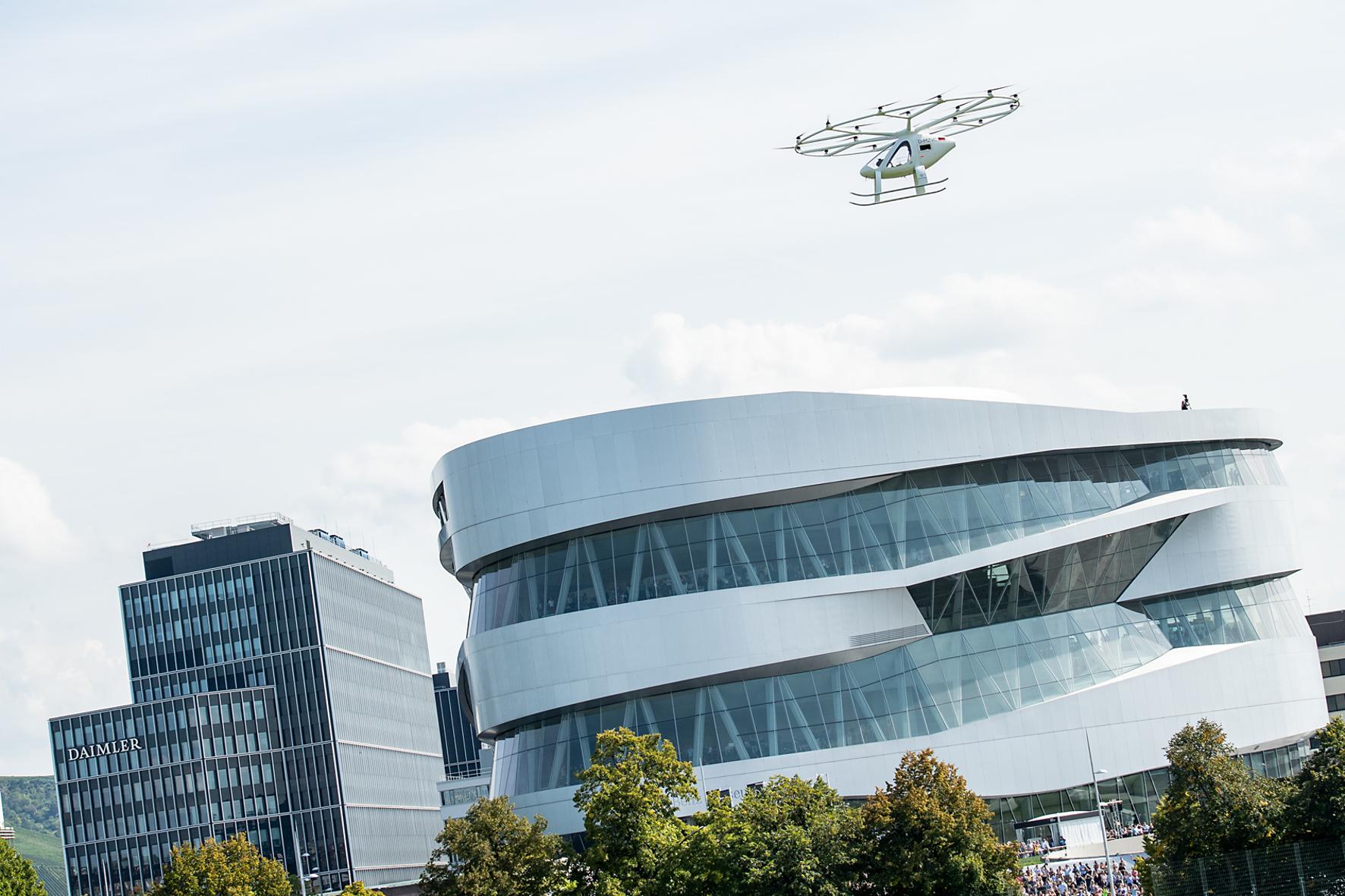mid Groß-Gerau - Der Volocopter hat seinen ersten urbanen Flug in Europa erfolgreich absolviert. Daimler