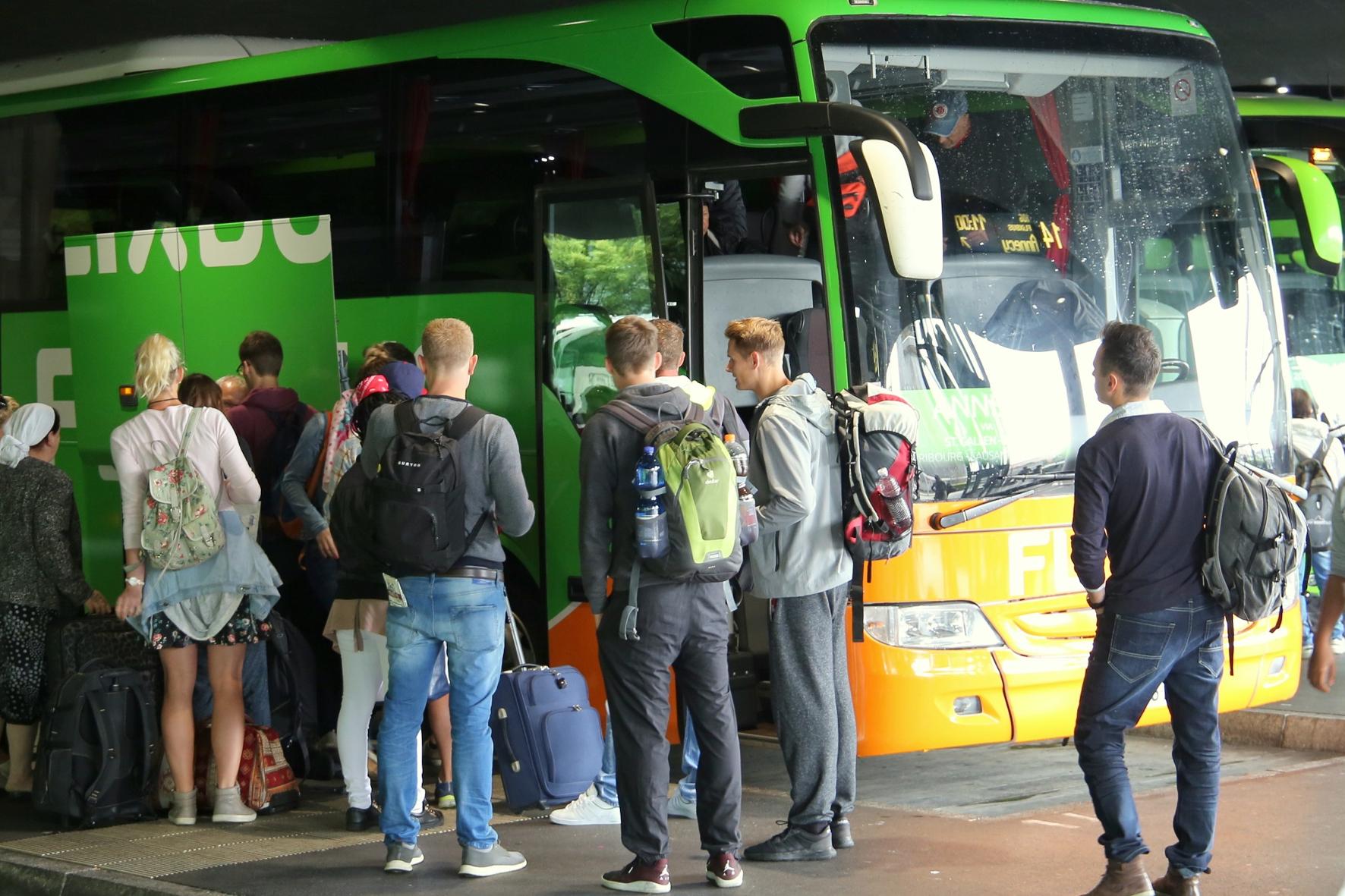 mid Groß-Gerau - Reisen mit dem Fernbus sind bei Jung und Alt beliebt. FlixBus
