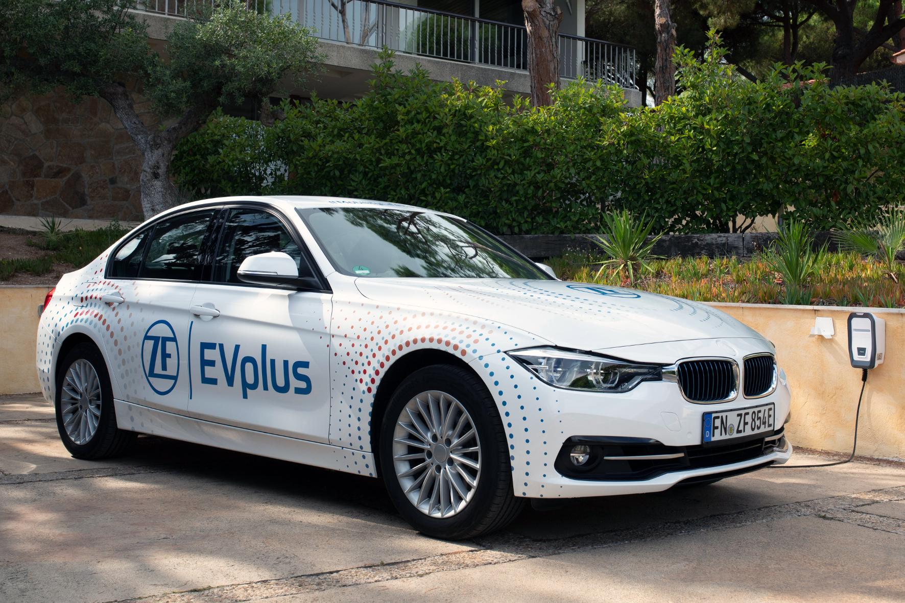 mid Groß-Gerau - ZF EVplus macht aus dem PHEV das E-Auto für alle Fälle. Das ZF-Konzeptfahrzeug fährt mehr als 100 Kilometer rein elektrisch mit einer Batterieladung. ZF