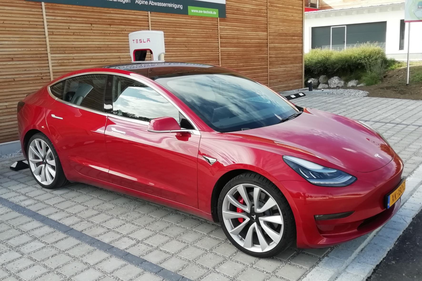 mid Groß-Gerau - Mit dem Model 3 will US-Elektroautobauer Tesla in die Gewinnzone fahren. Der Stromer darf jetzt offiziell auch im Tesla-Werk in China produziert werden. Rudolf Huber / mid