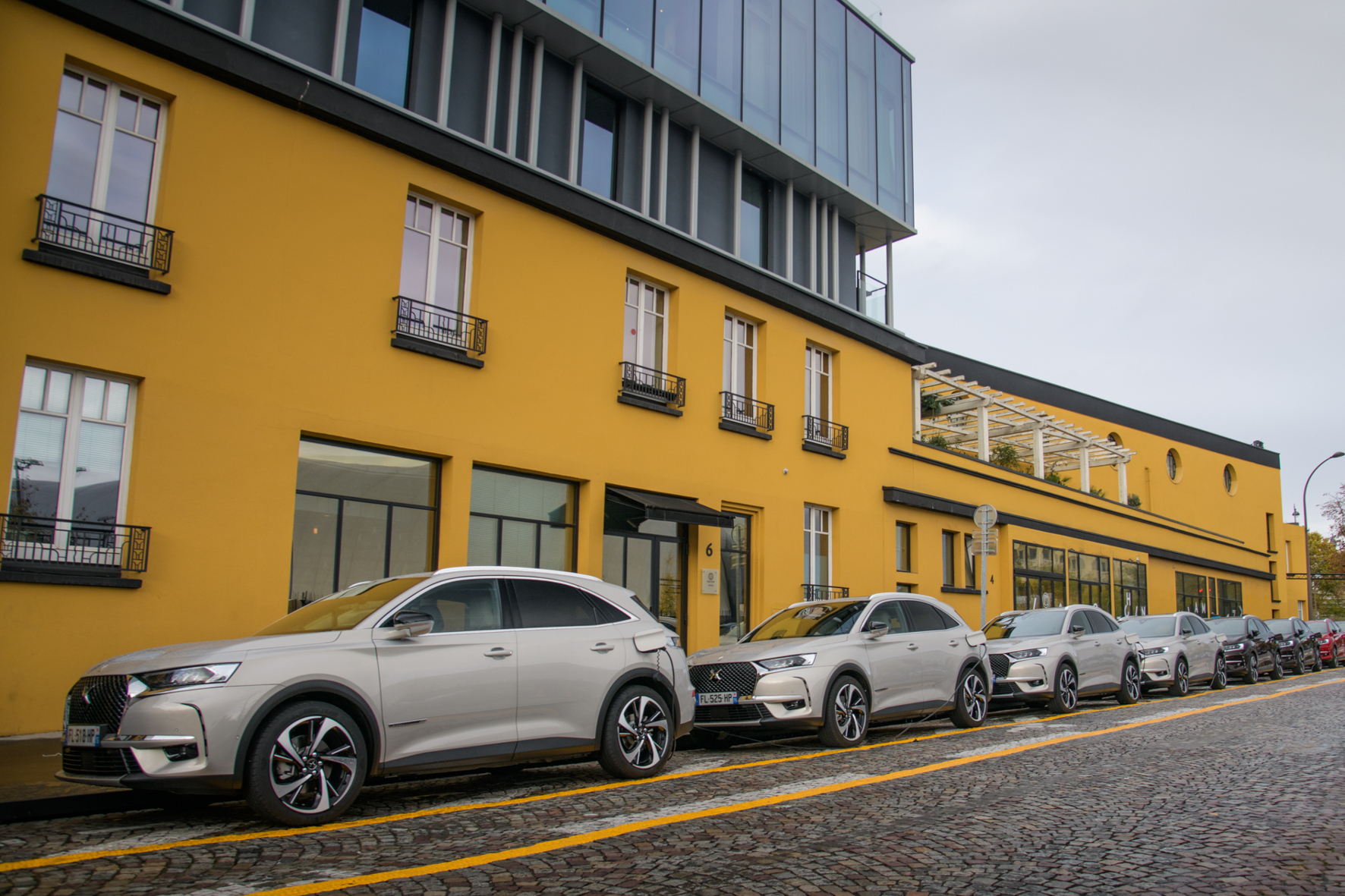 mid Groß-Gerau - Am Designer-Hotel Molitor in Paris, einer ehemaligen Badeanstalt, stehen elektrifizierte Modelle der französischen Marke DS zu Probefahrten bereit. DS Automobiles