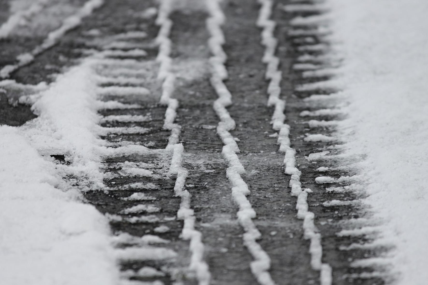 mid Groß-Gerau - Spuren im Schnee: Mit Winterreifen sind Autofahrer auf der sicheren Seite. Sie müssen aber auch das den Gummis zugeordnete Tempolimit beachten. Coduka