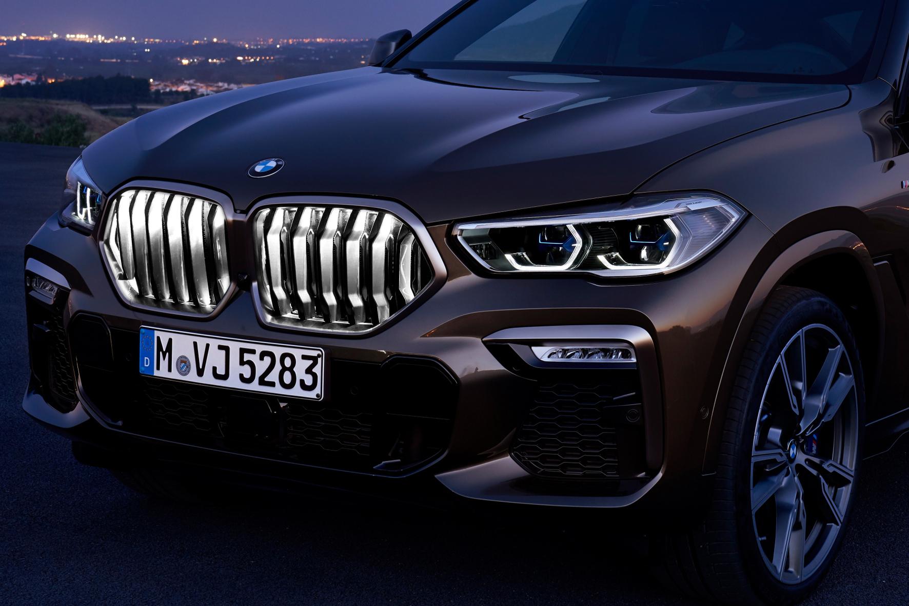 mid Groß-Gerau - Dem Grill geht ein Licht auf: Die beleuchtete Kühlerfront steht Kunden unter der Bezeichnung BMW