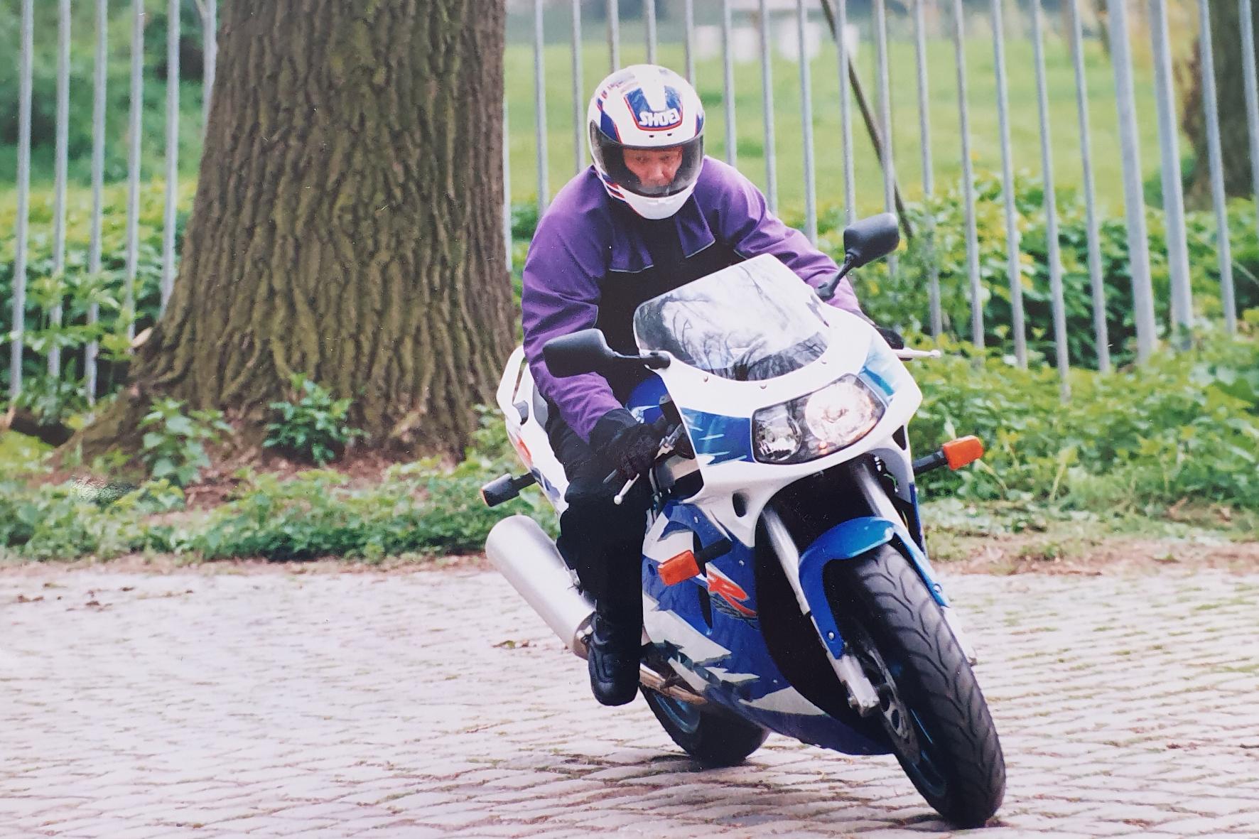 mid Groß-Gerau - Suzuki GSX-R 1100 W - ausgereift und kompromisslos. Der erste Eindruck ist respekteinflößend. 1995 der Traum vieler Biker. Archiv Motor-Informations-Dienst (mid)