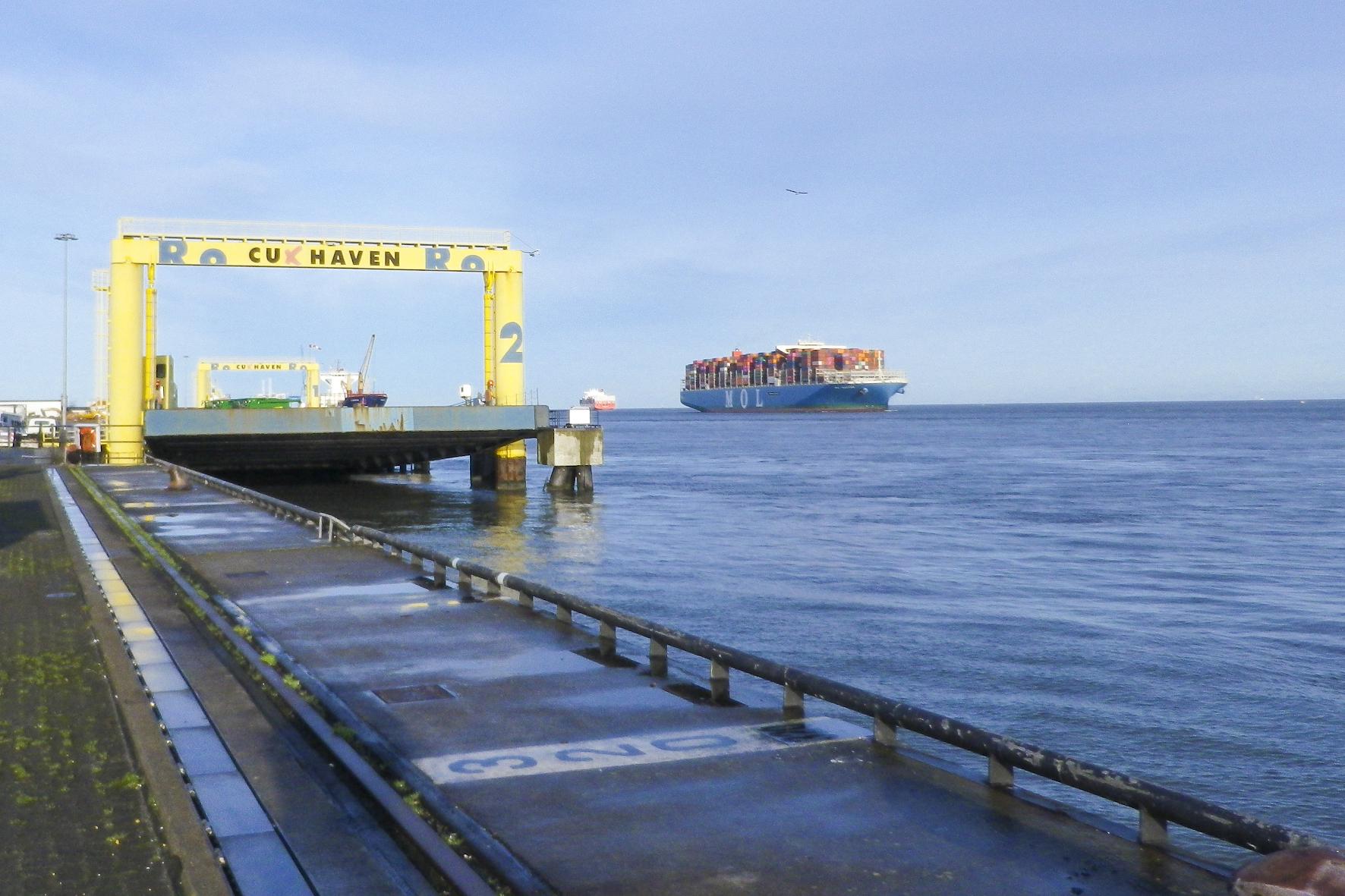 mid Groß-Gerau - Die Kaianlage Europakai im Amerikahafen in Cuxhaven wird mit dem XXL-Einparkassistenten ausgestattet. NPorts