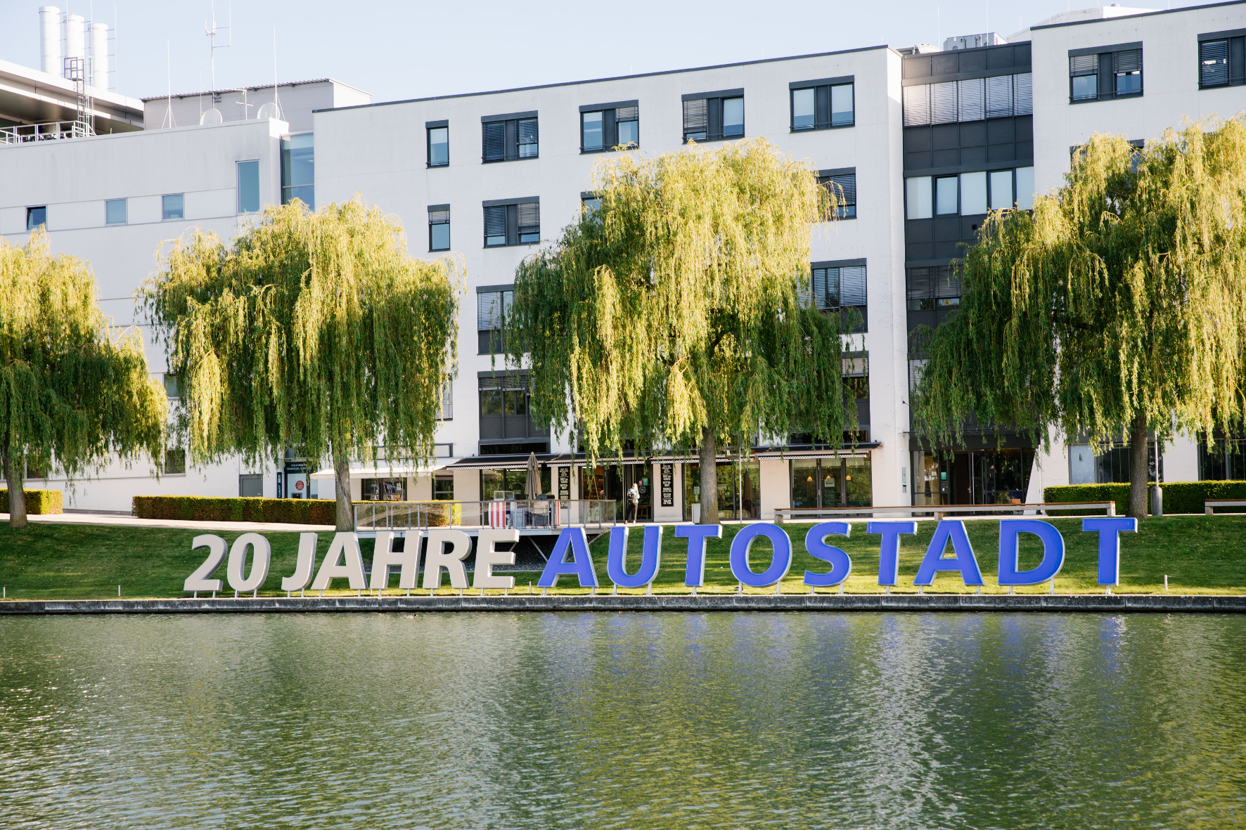 mid Groß-Gerau - Hier bekommen es die Besucher schriftlich: Seit 20 Jahren gibt es in Wolfsburg die Autostadt. Volkswagen