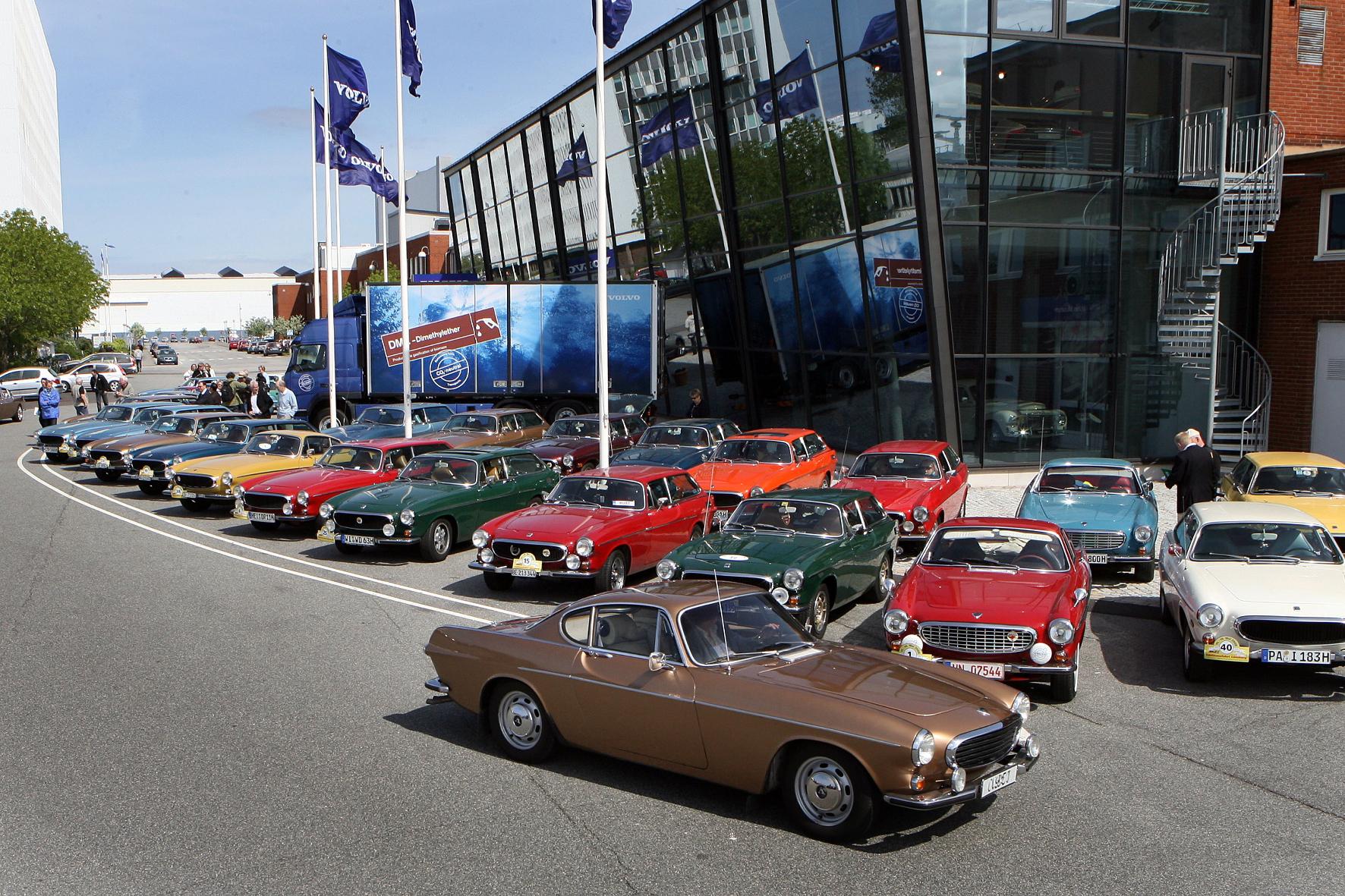 mid Groß-Gerau - Europäische Volvo-Fanclubs mit historischen P1800-Modellenzu Gast in Schweden. Volvo